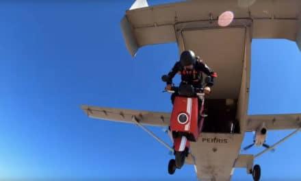 Insolite : Un scooter NIU saute d'un avion !